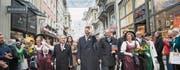 Tag des Ehrengastes: Erbprinz Alois von und zu Liechtenstein am Olma-Umzug zwischen Landtagspräsident Albert Frick (links) und Regierungschef Adrian Hasler. (Bild: Ralph Ribi)