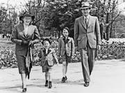 Erwin Hinderer mit seiner Frau Hedwig und seinen beiden Söhnen. (Bilder: Amt für Kultur/Landesarchiv, Privatbesitz)