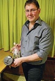 Thomas Manser mit den neuen Whiskytrek-Artikeln. (Bild: KER)