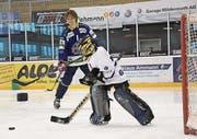 Biel-Goalie Jonas Hiller gibt dem Nachwuchs Tips.