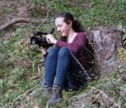 Das Mädchen hinter der Kamera: Raphaela Wagner beim Dreh zum Kurzfilm «Once One». (Bild: Miriam Küpper)