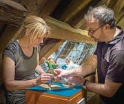 Chris Inken Soppa und Ralf Staiger packen die Figuren der Hauptcharaktere Kaspar und Els für die Ausstellung im Seemuseum aus. (Bild: Andrea Stalder)