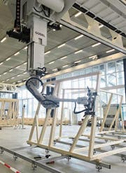 Vier Industrieroboter stellen an der ETH Zürich ein Holzgebäude zusammen. (Bild: Bruno Knellwolf)