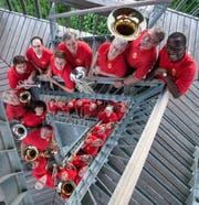 Die Brass-Band-Musiker um Dirigent Micael Dikantsa (rechts) freuen sich auf ihre beiden Jahreskonzerte an diesem Wochenende. (Bild: PD)