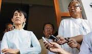 Burmas Oppositionsführerin Aung San Suu Kyi und ihr Weggefährte und Präsidentschaftskandidat Htin Kyaw (ganz rechts). (Bild: Epa/Lynn Bo Bo)