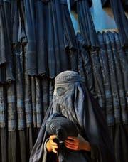 Die traditionelle Burka, mit Gitter vor den Augen. (Bild: Syed Mustafa/EPA (Mazar-i Sharif, 11. September 2015))
