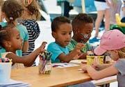 Kinder malen am Weinfelder Kulturenfest von vor zwei Jahren. (Bild: PD)