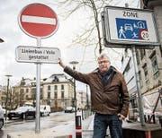 Stadtrat Ernst Zülle steht bei der neuen Einbahntafel, die in der Einfahrt in den Boulevard vom Helvetiaplatz her installiert wurde. (Bild: Reto Martin)