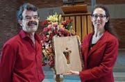 Peter Buchegger schnitzte den Preis, der ans Stadtkloster Zürich mit Präsidentin Cornelia Schnabel verliehen wurde. (Bild: PD)