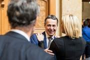 Bundesratskandidat Ignazio Cassis, FDP-TI, Mitte, lacht, waehrend er von Celine Amaudruz, SVP-GE, begruesst wird, waehrend der Ersatzwahl in den Bundesrat durch die Vereinigte Bundesversammlung, am Mittwoch, 20. September 2017 im Nationalratssaal in Bern. (KEYSTONE/Peter Klaunzer) (Bild: PETER KLAUNZER (KEYSTONE))