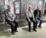 Locker und zufrieden präsentieren sich François Cauderay, Peter Brunner und Daniel Bartholdi (v.l.) in der Ausstellung bei ihren Velos. (Bild: PD)