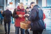 Bahnhofpate Ruedi Ambühl verteilt Passanten und ÖV-Passagieren am Bahnhof Giveaways in Form von Seifen und Bonbons. (Bild: Andrea Stalder)