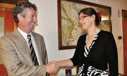 Faire Geste: Der unterlegene Johannes Wyss gratuliert Claudia Eimer zur Wahl als Stadtpräsidentin. (Bild: Margrith Pfister-Kübler)