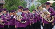 Stolz und fröhlich: Die Musikanten der Eintracht Güttingen machen sich bereit für den Marsch von der Kirche Güttingen zur Mehrzweckhalle, wo sie beim offiziellen Empfang gebührend gefeiert wurden. (Bild: Hana Mauder Wick)