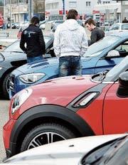 Besucher des Autofäschts begutachten die Fahrzeuge. (Bild: PD)