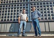 Karl Streule und Daniel Eugster vor dem preisgekrönten Neubau ausserhalb von Steineloh, an dessen Fassade «lichtdurchlässige» Solarzellen haften. So ist das Gebäude lichtdurchflutet. (Bild: Jil Lohse)