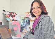 Sanela Egli an ihrem Schreibtisch zu Hause in Weinfelden. Hier verfasste sie in den vergangenen zwölf Monaten den Psychothriller «Der Raum». (Bild: Mario Testa)