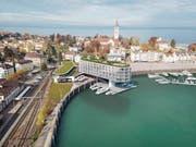 Blick von oben auf das Hotel mit dem ins Hafenbecken ragenden Baukörper. (Bild: Susanne Fritz Architekten)