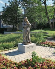 Ein Ebenbild der Friedensnobelpreisträgerin steht neben der Kirche St. Peter in Wil. (Bild: PD)