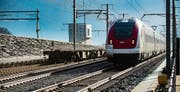 Ein Zug beim Südportal des Gotthard-Basistunnels. (Bild: Samuel Golay/Keystone)