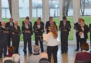 Die Propsteisänger Wagenhausen – verstärkt durch zwei Sängerinnen – unter der Leitung von Dirigentin Olga Büsser. (Bild: Margrith Pfister-Kübler)