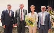 Erich Dasen (l.) und Hanswalter Schmid (2. v. l.) begrüssen Susanne Honegger als Nachfolgerin für Köbi Frei im Verwaltungsrat. (Bild: sso)