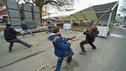 Mitarbeiter der Firma Straub Festinventar aus Hefenhofen bauen die Messezelte auf dem Marktplatz auf. (Bild: Mario Testa)