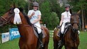 Martina Guntli (links) und Bettina Schlegel stossen auf den Sieg und die gute Platzierung an. (Bild: Corinne Hanselmann)