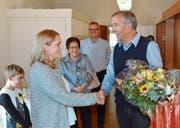 Gratulation: Gemeindepräsident Beat Weibel begrüsst Jacqueline End-Riedwyl als neue Gemeinderätin. (Bild: Christoph Heer)