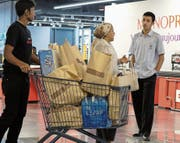 Trotz saudischer Blockade mangelt es den Katarern nicht an ausländischen Lebensmitteln. (Bild: EPA (Doha, 6. Juni 2017))