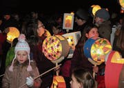 Auch dieses Jahr erfüllten viele Kinder mit ihren selbst gebastelten Laternen die Wiler Altstadt mit Licht. (Bild: Christof Lampart)