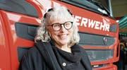 Hat gut lachen: Geschäftsführerin und Firmeninhaberin Claudia Brändle vor einem Tanklöschfahrzeug. (Bild: Maya Heizmann)