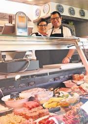 Noch bis am 20. Januar werden Grill-Ueli und Samira den «Metzg»-Verkaufsladen in Weite betreiben. Die Metzgerei wird weitergeführt. (Bild: Thomas Schwizer)