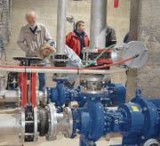 Besucher informieren sich über die Umbauarbeiten und die Funktionsweise der Pumpstation Paradies. (Bild: Thomas Güntert)