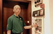 Nachportier Jun Lu löscht die Lichter in der Eingangshalle. An die Nachtarbeit hat er sich schnell gewöhnt. (Bild: Lisa Wickart)