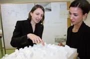 Die Architektinnen Myrjam Zoller und Sabine Hutter zeigen, wie die neue Turnhalle ins Quartier eingebettet wird. (Bild: Simon Dudle)