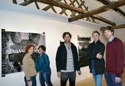 Künstlerin Judit Villiger und Besucherin Simone Benguerel mit dem englisch-schweizerischen Künstlertrio JocJonJosch. (Bild: Margrith Pfister-Kübler)