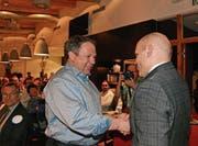 Der scheidende Präsident Ruedi Ulmann (rechts) gratuliert seinem Nachfolger Sepp Manser zur Wahl. (Bild: KER)