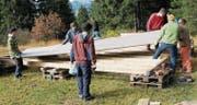 Tatkräftig legen sich die jungen Leute ins Zeug, um Snowland aufzubauen. (Bilder: Heidy Beyeler)