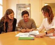 Evelina Brecht (rechts) beim Erstinformationsgespräch mit Marisa Hanselmann und Arnoldo Nájera Gómez. (Bild: Simon Roth)