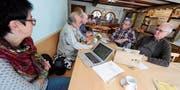 Ein paar Einwohner diskutieren im Restaurant Hirschen darüber, was sie für die Umwelt tun können. (Bild: Rudolf Steiner)