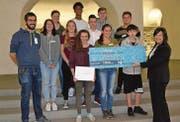 Die Schülerinnen und Schüler der Drittrealschulklassen der Oberstufe Grabs belegten mit ihrem Projekt «Berufe gestern – heute» den dritten Platz beim diesjährigen «Traumlehre»-Wettbewerb und wurden von Rita Kieber-Beck ausgezeichnet. (Bild: Dominic Engler)