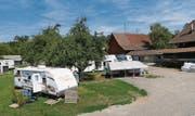 Bisher geduldet, nun «offizialisiert»: Der fünfte Aargauer Durchgangsplatz wird in zwei Wochen auf einem Bauernhof in Würenlos eröffnet. (Bild: Kantonsplanung Aargau)