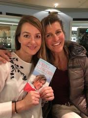 Die Co-Autorin Doris Büchel (links) und die Extremsportlerin Evelyne Binsack gemeinsam an der Taufe ihres gemeinsamen Buches «Grenzgängerin – ein Leben für drei Pole» im November. (Bild: PD)