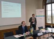 Regierungsrat Jakob Stark (rechts), Chef des Departements für Finanzen und Soziales, und Urs Meierhans, Chef der Finanzverwaltung, präsentieren die Thurgauer Staatsrechnung 2017. (Bild: pd)