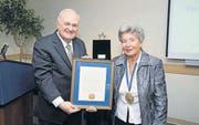 Universitätspräsident Steven Knapp überreicht Carl Lutz' Tochter Agnes Hirschi die «President's Medal of Honor». (Bild: pd)