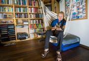 René Stauffer und sein Kater Tigi im Arbeitszimmer seines Zuhause. (Bild: Andrea Stalder)