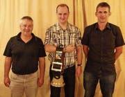Roger Lenherr (Mitte) sicherte sich den Wanderpreis vor Paul Kaiser (links) und Andi Scherrer. (Bild: PD)