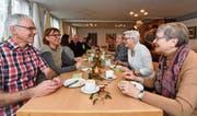 Gründungsmitglied Felix Engeler, Präsidentin Sandra Reinhart, Gründungsmitglied Barbara Bieger und Gründungsmitglied Verena Hefti tauschen sich beim traditionellen Neujahrszmorge der Freien Gruppe aus. (Bild: Manuel Nagel)