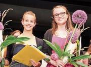 Die beiden Jahrgangsbesten: Fabienne Flühmann und Bettina Wohlfender aus Frauenfeld. (Bild: Christof Lampart)